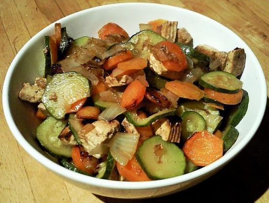 Tofu mariné et courgettes, carottes, oignons