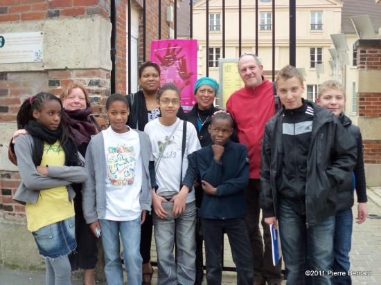 Parents, enseignants et élèves s'étaient donnés rendez-vous devant les grilles de la médiathèque