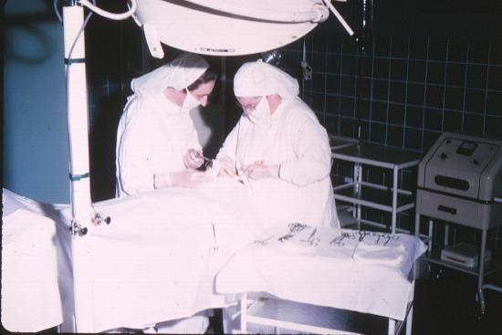 Sr Janine et Sr Madeleine en salle d'opération à Adzopé