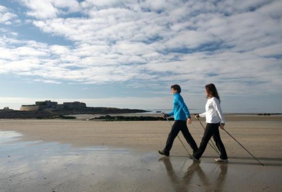 Marche nordique sur des plages de sable fin