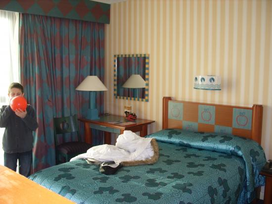 Photos de l 39 hotel disney new york disneyland paris for Chambre hotel disney
