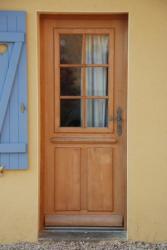 Porte d'entrée isolante à petit bois et soubassement tà panneaux table saillante