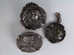 3 broches et médailles Jeanne d'Arc argent