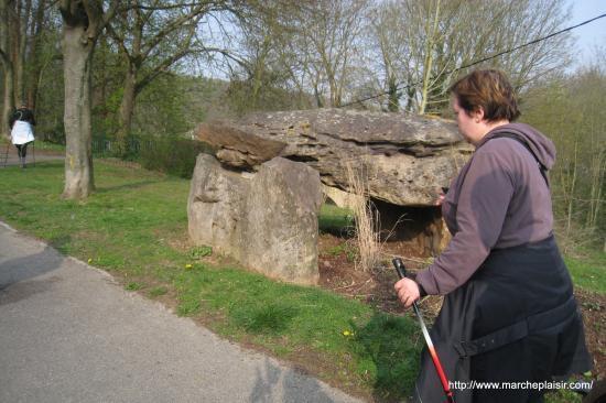 Laurence devant le dolmen