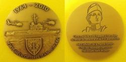 Médaille du Porte Hélicoptères Jeanne d'Arc  1964-2010  Cette médaille a été frappée à l'occasion du retrait du service actif du Porte Hélicoptères Jeanne d'Arc.  6400 officiers de la marine formés 1760000 nautiques parcourus 768 escales dans 84 pays.