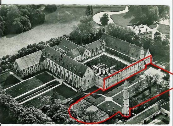 Photo de l'abbaye après la destruction de l'église. Des lignes rouges signale la place de l'église.
