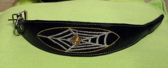 collier brodé araignée et toile TC 31 cm