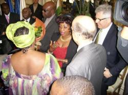 Remise du bouquet de fleur à Manu Dibango par la présidente d'Oyili