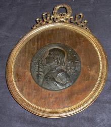 Ancien cadre style louis XVI, contenant un profil en régule de jeanne d'arc.  Le cadre mesure 20cm X 16cm  La reserve du cadre, me semble être en ronce de noyer.