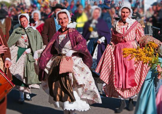 Historiquement, les caractéristiques régionales du costume provençal se dessinent au cours du XVIIIe siècle. Elles ne cesseroent dévoluer parallèlement à