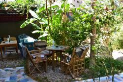 Les tables au sein du jardin