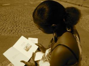 Il fait beau, les lectrices prennent l'air pour lire «Ramsès au pays des points-virgules» au soleil.