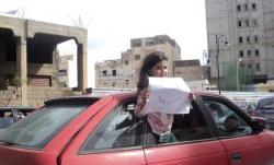 Petite fille à Benghazi montrant une affiche