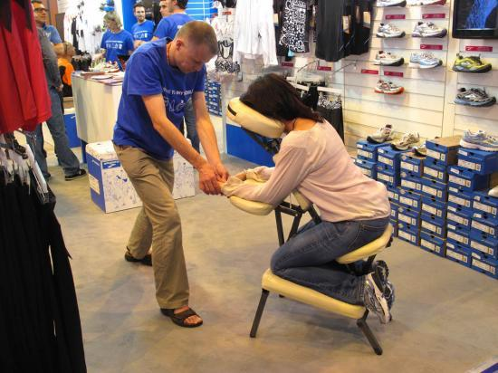 Marathon de Paris 2011 Stand Brooks France shiatsu sur chaise ergonomique