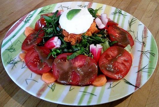 Salade de tomates et oeuf poché