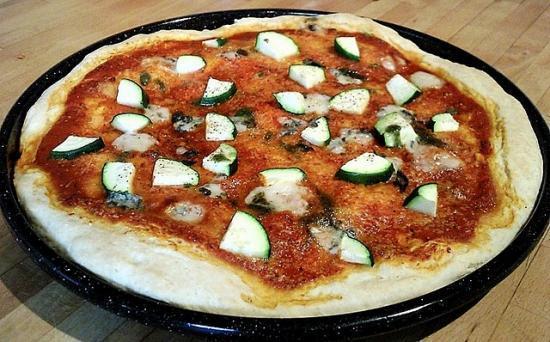 Pizza au parmesan, courgettes et roquefort