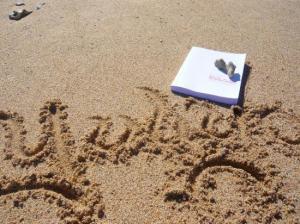 Yuliya a lu «Ramsès au pays des points-virgules» sur une plage sous les tropiques...