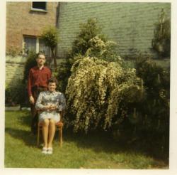 mes parents dans le jardin vers 1980