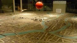 Vue de la ville surplombe par la boule de feu produite par la bombe quasi immediatement apres impact - Hiroshima