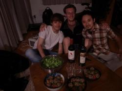 Thibault et Tomo avec au centre le pokemon creposucre - Hiroshima
