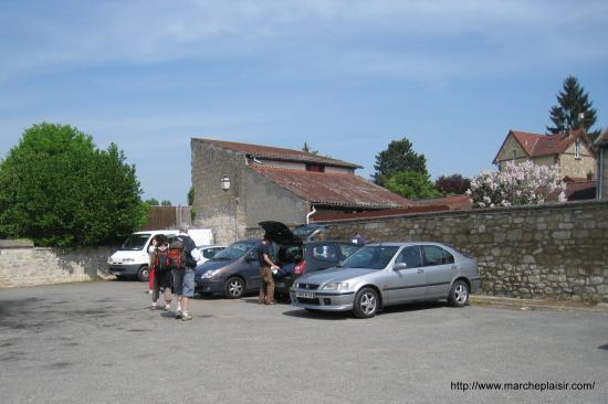 Parking de l'église à Nesle