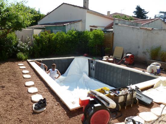 Pose du liner et mise en eau le 22 mai for Aspirateur piscine pile