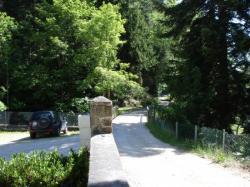 le sentier du GR65 au bord de la maison