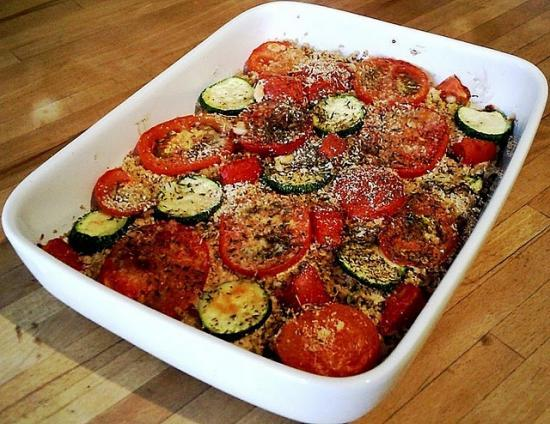 Gratin de tomates, courgettes, tofu et petits oignons