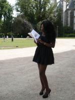 Que lit la lectrice du Parc de l'Hôtel de Ville ?
