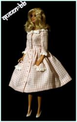 Une Barbie en robe vichy rose