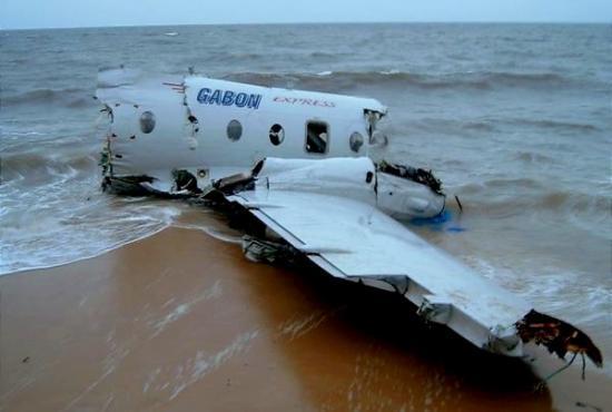 27 minutes après son décollage, l'aéronef HS 748 s'écrase au large des côtes de Libreville (Sablière)
