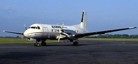 L'aéronef de Gabon Express datant des années 50, sur la piste avant son dernier et ultime vol commercial