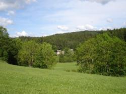 vue de la maison depuis le haut d'une coline