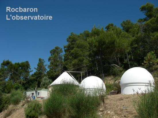 Les coupoles de l'observatoire de Rocbaron (photo issue du site officiel)