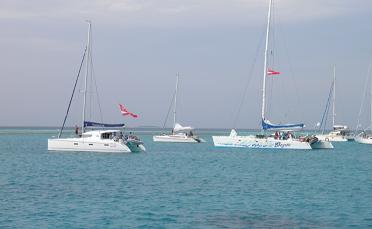 2ème jour, départ à  10 h pour l'îlot Kouaré, un bord court mais très rapide de 2 heures sous spis