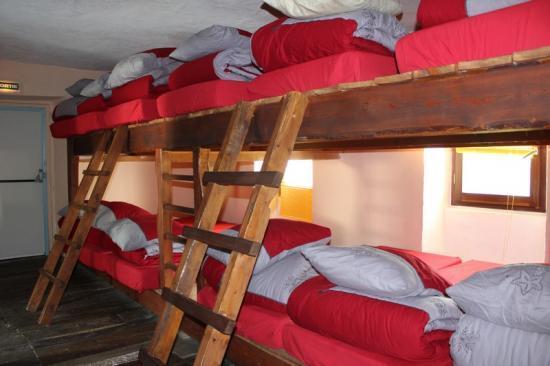 Les chambres et dortoir du gte, sanitaires et salles communes