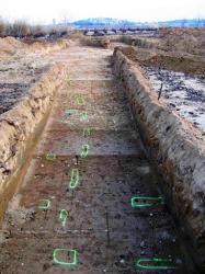 Vue vers le sud-est du contact entre les plantations 1 et 2 au lieu-dit Al Ciurer de Banyuls-dels-Aspres. Les fosses de la plantation 1, en bas de l'image, sont alignées de la droite vers la gauche, tandis que celles du centre de l'image correspondent à une prolongation de la plantation 2 qui se développe au second plan. © J. Kotarba, Inrap