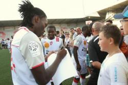 Distel Zola signe des autographes