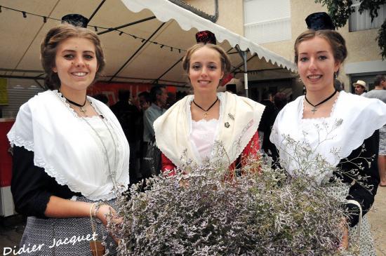 """3 jeunes """"Arlésiennes"""" bouillarguaises"""