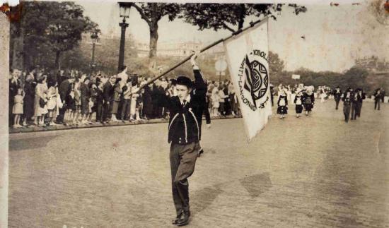 1958 : PARIS ( Les Champs élysées ).