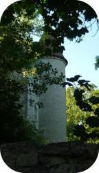 ... à l'ombre du château de la Motte.