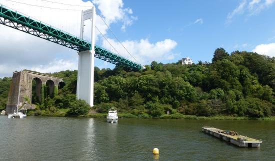 Pont suspendu et vestige de passerelle.