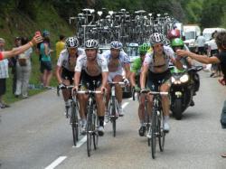 Cavendish, encadré par son escorte, il arrivera hors délai le lendemain sauvé par les commissaires de course