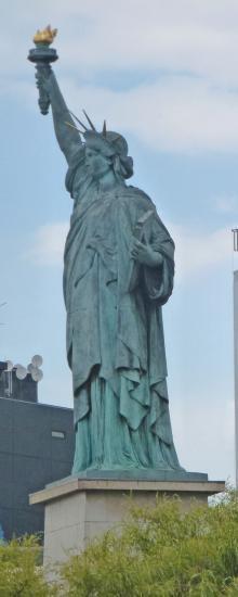 La petite statue de la Liberté  devant le chemin de halage entre le pont de Birhakeim et le pont de Grenelle.