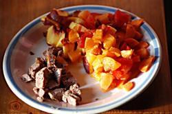 Un goûter typique de Toupoutoux : des fruits et légumes frais et un apport de protéine via quelques grammes de pâté pour chat bio de haute qualité