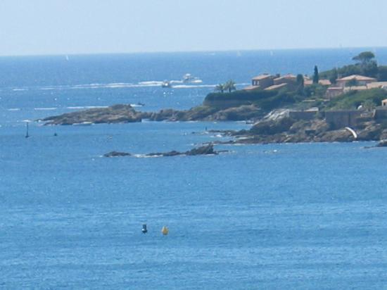 La vue panoramique de la villa Martinache sur l'entrée du port