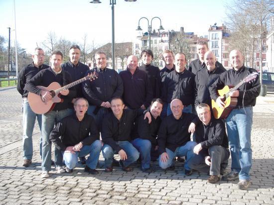 Ezin Aseak chante dans les rues de Bayonne