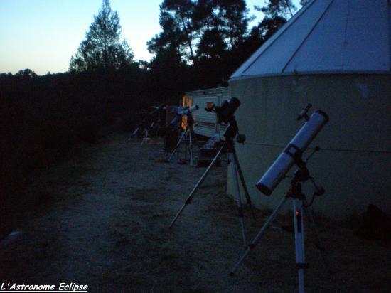 Plusieurs instruments au pied des coupoles (image prise par l'astronome Eclipse)