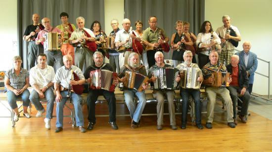 Stagiaires , musiciens et famille LADONNE.