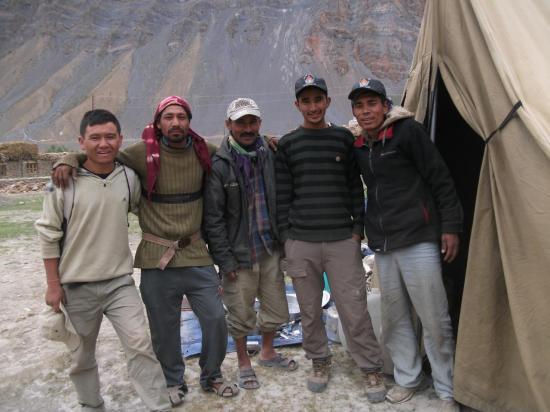 L'équipe Ratna : Tashi 1, Ramou, Bitou, Tashi 2 et Ram Bahadur Tamang